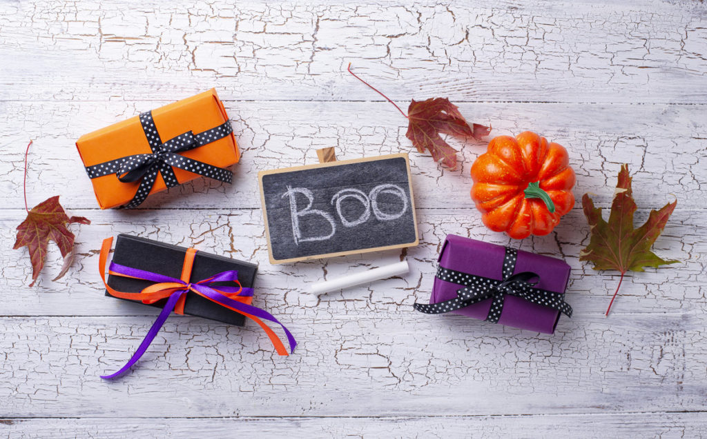 rsz halloween background with gift box q8c23sd