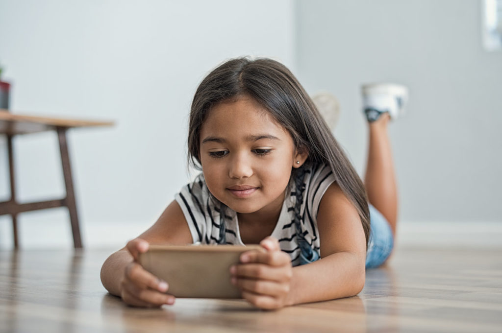 rsz little girl using mobile phone pftkntn